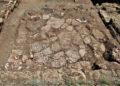 Το δάπεδο του μεγάλου χώρου μετά τον καθαρισμό. Οι ρηγματώσεις και η ανισοσταθμία οφείλονται στην τρομακτική κατολίσθηση του 1ου μεταχριστιανικού αιώνα που έγινε η αιτία της οριστικής εγκατάλειψης του άστεως των Αιγών (φωτ.: Εφορεία Αρχαιοτήτων Ημαθίας)