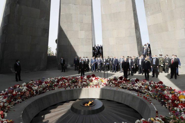 Ενός λεπτού σιγή για τα θύματα της Γενοκτονίας των Αρμενίων από την πολιτική ηγεσία της χώρας στο μνημείο Τσιτσερνακαμπέρτ, στο Γερεβάν (φωτ.:EPA/Tigran Mehrabyan/ARMENIAN GOVERNMENT PRESS OFFICE HANDOUT)