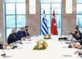 Ο υπουργός Εξωτερικών Νίκος Δένδιας συνομιλεί με τον Τούρκο ομόλογό του Μεβλούτ Τσαβούσογλου, κατά τη διάρκεια της συνάντησής τους, στην Άγκυρα (φωτ.: ΑΠΕ-ΜΠΕ/ΥΠΕΞ/ΧΑΡΗΣ ΑΚΡΙΒΙΑΔΗΣ)