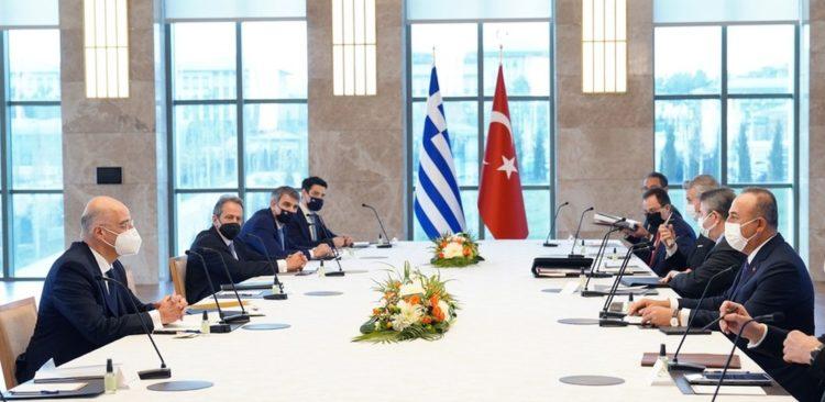 Ο υπουργός Εξωτερικών Νίκος Δένδιας συνομιλεί με τον Τούρκο ομόλογό του Μεβλούτ Τσαβούσογλου, κατά τη διάρκεια της συνάντησής τους, στην Άγκυρα (φωτ.:  ΥΠΕΞ / Χάρης Ακριβιάδης)