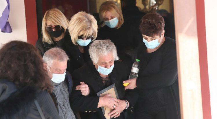 Τραγικές φιγούρες η μητέρα, η σύζυγος, ο γιος και η αδερφή του δημοσιογράφου Γιώργου Καραϊβάζ, που κηδεύτηκε σήμερα(φωτ.: ΑΠΕ-ΜΠΕ /Παύλος Σιδηρόπουλος)
