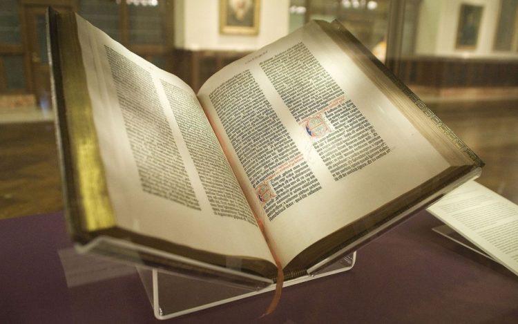 Η Βίβλος του Γουτεμβέργιου στη Δημόσια Βιβλιοθήκη της Νέας Υόρκης. Αγοράστηκε από τον Τζέιμς Λένοξ το 1847, και ήταν το πρώτο αντίγραφο που αποκτήθηκε από πολίτη των Ηνωμένων Πολιτειών (φωτ.: el.wikipedia.org/ Gun Powder Ma)