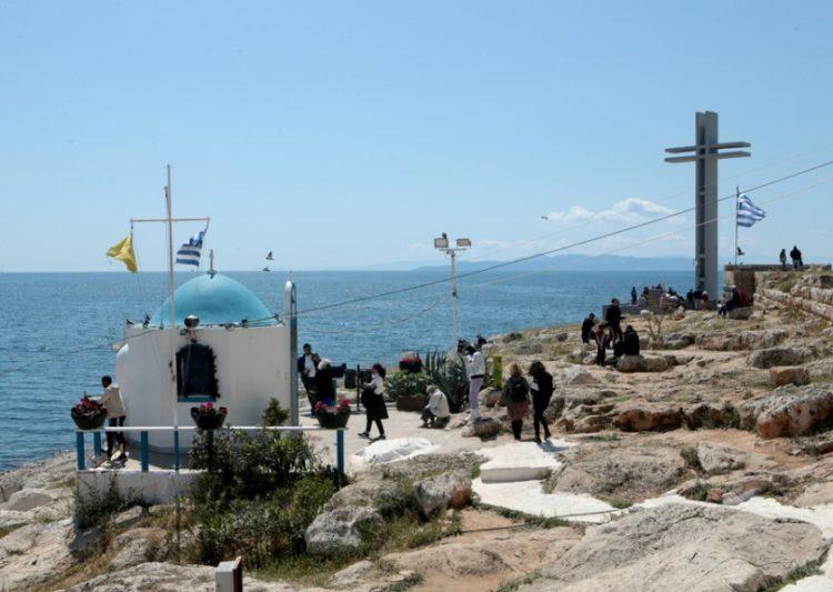 Κόσμος απολαμβάνει τον ήλιο και την θάλασσα στην Πειραϊκή (φωτ.: ΑΠΕ-ΜΠΕ / Παντελής Σαΐτας)