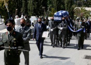 Η στιγμή που μεταφέρεται η σορός του στρατηγού επί τιμή, εφοπλιστή Ιακώβου Τσούνη, στο νεκροταφείο Παπάγου (φωτ.: ΑΠΕ-ΜΠΕ /Αλέξανδρος Μπελτές)