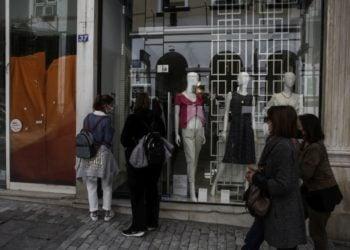 Κόσμος κοίταζε χθες τις βιτρίνες, μια μέρα πριν την επαναλειτουργία του λιανεμπορίου στον πεζόδρομο της Ερμού, στο κέντρο της Αθήνας (φωτ.: ΑΠΕ-ΜΠΕ / Γιάννης Κολεσίδης)