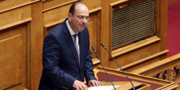 Ο βουλευτής ΠΕ Καβάλας της ΝΔ Μακάριος Λαζαρίδης  στην Ολομέλεια της Βουλής (φωτ.: ΑΠΕ-ΜΠΕ/ Αλέξανδρος Μπελτές)