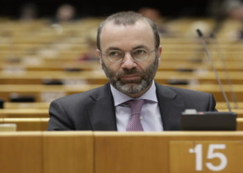 Ο επικεφαλής της Κοινοβουλευτικής Ομάδας του Ευρωπαϊκού Λαϊκού Κόμματος στο Ευρωπαϊκό Κοινοβούλιο Μάνφρεντ Βέμπερ (φωτ.: EPA/ Olivier Hoslet)