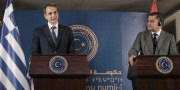 Ο Κυριάκος Μητσοτάκης και πρωθυπουργός της Μεταβατικής Κυβέρνησης Εθνικής Ενότητας της Λιβύης Abdul Hamid Dbeibeh κάνουν δηλώσεις μετά τη συνάντησή τους στην Τρίπολη (φωτ.: ΑΠΕ-ΜΠΕ / Γρ. Τύπου Πρωθυπουργού/Δημήτρης Παπαμήτσος)