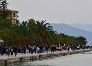 Πολίτες κάνουν βόλτα στην παραλία του Ναυπλίου (φωτ. αρχείου: ΑΠΕ-ΜΠΕ/ Ευάγγελος Μπουγιώτης)