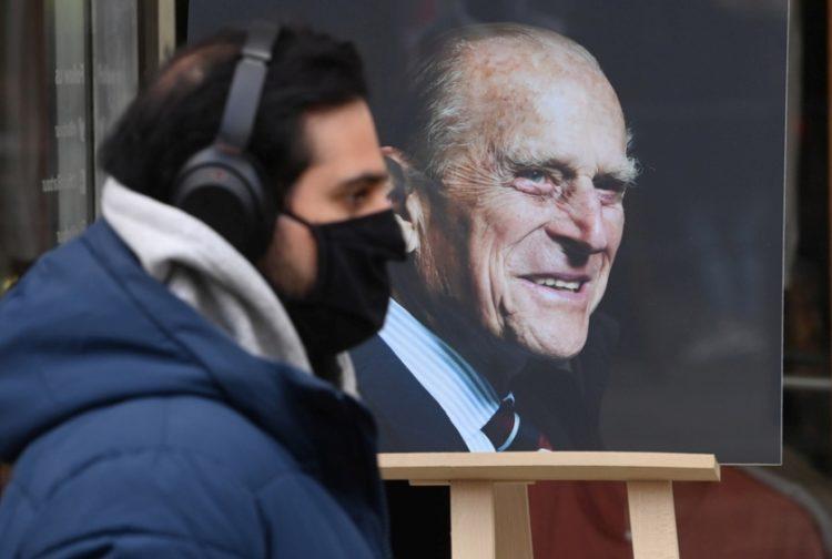 Άνδρας περπατάει μπροστά από αφίσα του δούκα του Εδιμβούργου, σε κατάστημα κοντά στο Κάστρο του Ουίνσδορ (φωτ.: EPA/FACUNDO ARRIZABALAGA)