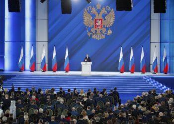 Ο Ρώσος πρόεδρος στην ετήσια ομιλία του στην ομοσπονδιακή εθνοσυνέλευση, στη Μόσχα (φωτ.: EPA / MAXIM SHIPENKOV)