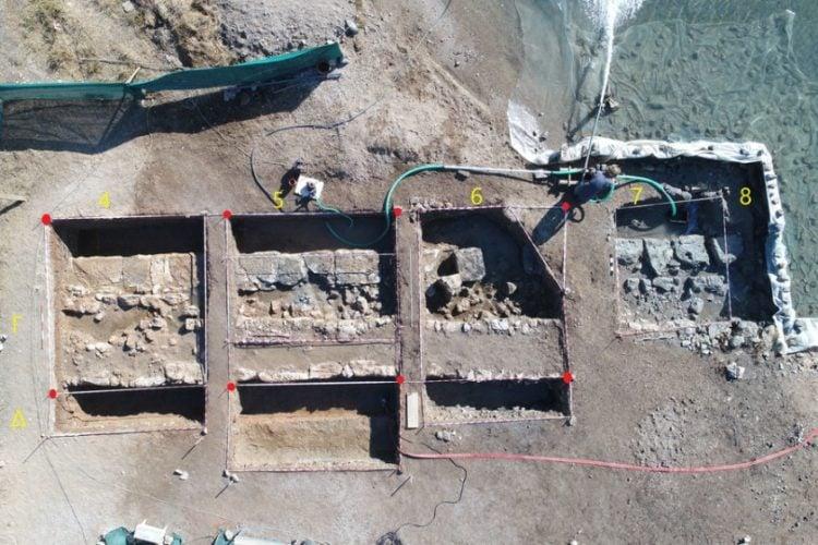 Αεροφωτογραφία του χώρου ερευνών, που δόθηκε στη δημοσιότητα, με το αποκαλυφθέν τμήμα του τείχους (και σημειωμένα τα τετράγωνα του κανάβου), στον  Όρμο Αμπελακίου, στη Σαλαμίνα(φωτ.: ΑΠΕ-ΜΠΕ/ΥΠΟΥΡΓΕΙΟ ΠΟΛΙΤΙΣΜΟΥ ΚΑΙ ΑΘΛΗΤΙΣΜΟΥ/STR)