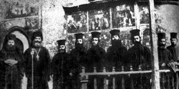 Μια ιστορική φωτογραφία του 1912, με τη μοναστική συνοδεία της Παναγίας Σουμελά. Από αριστερά, ο αναπληρωτής ηγούμενος Γρηγόριος Τριανταφυλλίδης, που κοιμήθηκε το 1915, ο ηγούμενος Άνθιμος Μασμανίδης, ο ιερομόναχος Ανανίας, ο Ιερόθεος, ο Θεόκλητος Τσανοσίδης, ο ιερομόναχος Αμβρόσιος Αναστασιάδης, ο Ιερεμίας Τσαρίδης, ο μοναχός Χρύσανθος και ο διάκονος Αθανάσιος (φωτ.: «Η εξόντωση της Ορθόδοξης Εκκλησίας του Πόντου»)