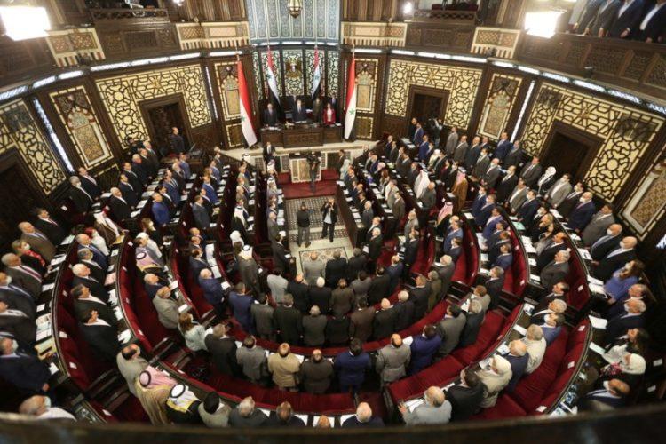 Γενική άποψη του συριακού Κοινοβουλίου, σε ειδική συνεδρίαση στη Δαμασκό (φωτ.: EPA/YOUSSEF BADAWI)