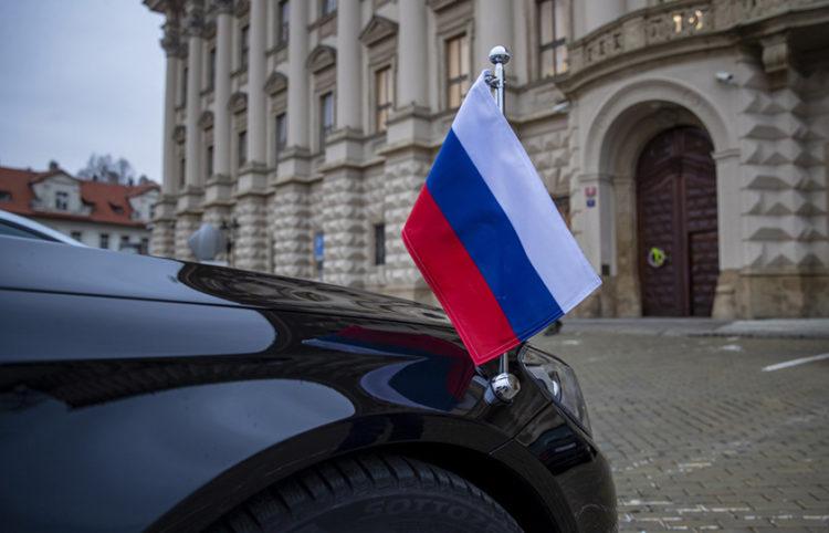 Αυτοκίνητο της ρωσικής διπλωματικής αποστολής στην Πράγα μπροστά από το υπουργείο Εξωτερικών της Τσεχίας (φωτ.: EPA / Martin Divisek)