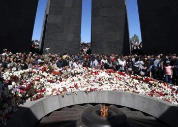 Εικόνα από παλαιότερη εκδήλωση τιμής και μνήμης για τα θύματα της Γενοκτονίας των Αρμενίων, στο εθνικό μνημείο Τσιτσερνακαμπέρντ, στο Γερεβάν (φωτ.:EPA/VAHRAM BAGHDASARYAN)