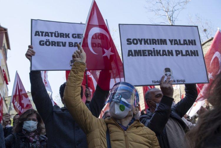 Τούρκοι διαδηλωτές κρατούν πλακάτ όπου αναγράφεται «Η Γενοκτονία είναι ψέμα, είναι ένα σχέδιο των ΗΠΑ» (φωτ.: EPA/TOLGA BOZOGLU)