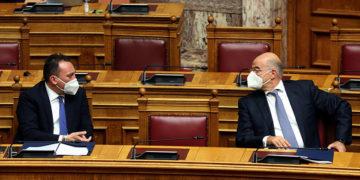 Ο υπουργός Εξωτερικών Νίκος Δένδιας και ο υφυπουργός Κώστας Βλάσης στην αίθουσα της Ολομέλειας της Βουλής (φωτ.: ΑΠΕ-ΜΠΕ / Αλέξανδρος Μπελτές