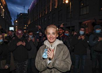Γιούλια Ναβάλναγια, σύζυγος του Αλεξέι Ναβάλνι, στη χθεσινή διαδήλωση της Μόσχας (φωτ.: EPA/YURI KOCHETKOV)