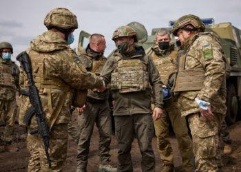 Ο πρόεδρος της Ουκρανίας στο Ντονμπάς, με αλεξίσφαιρο γιλέκο και στρατιωτική στολή (φωτ.: EPA / Presidential Press Service)