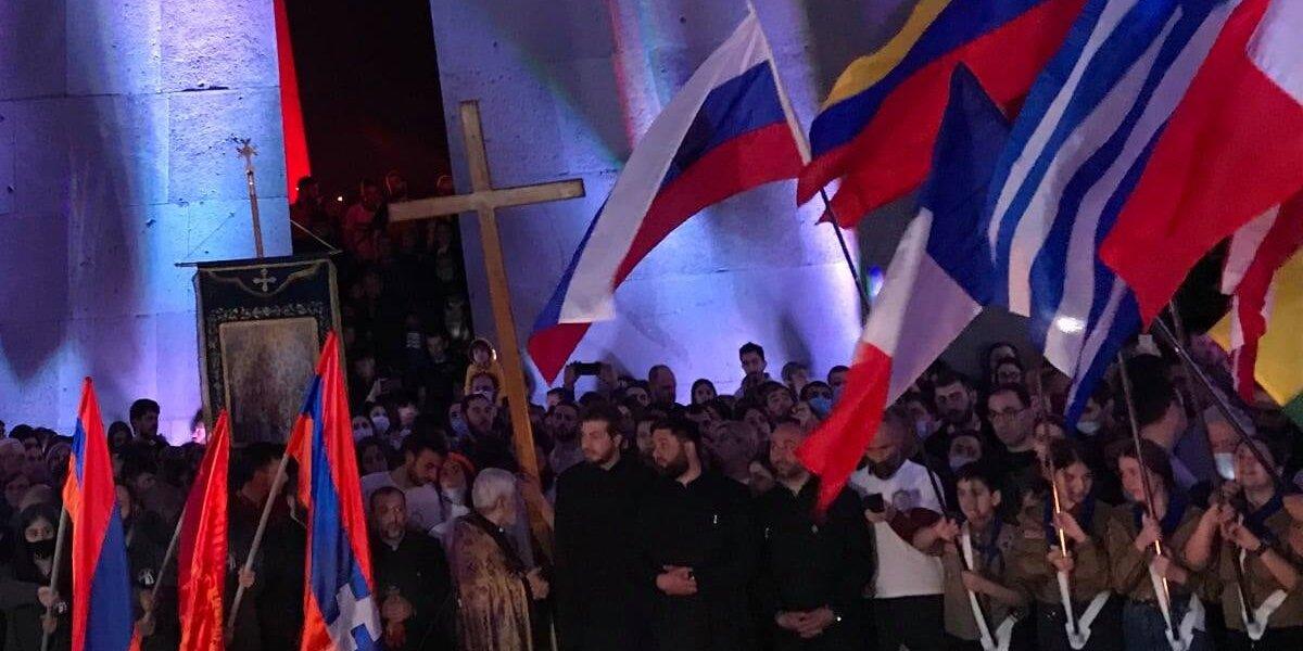Σημαίες χωρών που έχουν αναγνωρίσει την Αρμένικη Γενοκτονία μπροστά από το μνημέιο Γενοκτονίας στο Ερεβάν (φωτ.: Facebook/ Αρμένικη Εθνική Επιτροπή Ελλάδος)
