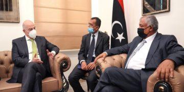 Ο  αναπληρωτής πρωθυπουργός της Λιβύης Χουσεΐν Ατίγια Αμπντούλ Χαφέεζ Αλ Κατράνι (Δ) συνομιλεί με τον υπουργό Εξωτερικών Νίκο Δένδια (Α), κατά τη διάρκεια της συνάντησής τους, στη Βεγγάζη (φωτ.: ΑΠΕ-ΜΠΕ/ Γραφείο Τύπου ΥΠΕΞ/ Χάρης Ακριβιάδης)