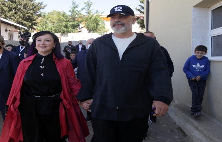 Ο Έντι Ράμα με τη σύζυγό του Λίντα Ράμα μετά την κατάθεση ψήφου την Κυριακή (φωτ.: ΑΠΕ-ΜΠΕ/ EPA/ Malton Dibra)