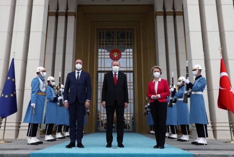 Ο πρόεδρος του Ευρωπαϊκού Συμβουλίου Σαρλ Μισέλ, ο Τούρκος πρόεδρος Ρετζέπ Ταγίπ Ερντογάν και η πρόεδρος της Ευρωπαϊκής Επιτροπής Ούρσουλα φον ντερ Λάιεν, έξω από το προεδρικό μέγαρο στην Άγκυρα (φωτ.: EPA/PRESIDENTAL PRESS OFFICE HANDOUT)