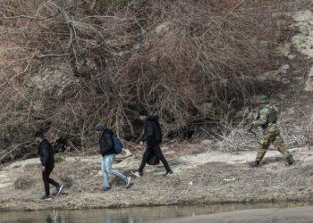 Μετανάστες και πρόσφυγες στη συνοριακή γραμμή του Έβρου (φωτ. αρχείου: ΑΠΕ-ΜΠΕ)