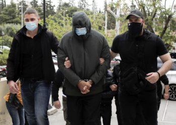 Στον εισαγγελέα οδηγείται ένας από τους συγκατηγορούμενους στην υπόθεση του Μένιου Φουρθιώτη, στα δικαστήρια της πρώην Σχολής Ευελπίδων, Αθήνα (φωτ.: ΑΠΕ-ΜΠΕ /Κώστας Τσιρώνης)