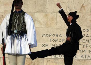Αλλαγή φρουράς στον Άγνωστο Στρατιώτη ανήμερα της 19ης Μαΐου (φωτ.: ΑΠΕ-ΜΠΕ / Αλέξανδρος Μπελτές)