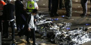Οι ισραηλινές αρχές και οι διασώστες εξετάζουν τα πτώματα από δεκάδες θύματα του ποδοπατήματος (φωτ.: ΑΠΕ-ΜΠΕ/ EPA/ David Cohen)