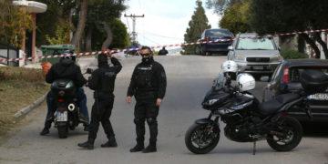Αστυνομικοί έχουν αποκλείσει το δρόμο έξω από το σπίτι του δημιοσιογράφου Γιώργου Καραϊβάζ στον Άλιμο, μετά τη δολοφονία του, Παρασκευή 09 Απριλίου 2021 (φωτ.: ΑΠΕ-ΜΠΕ/ Ορέστης Παναγιώτου)