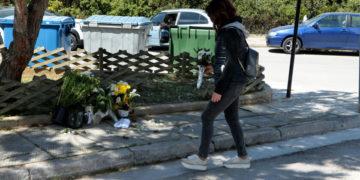 Κόσμος αφήωει λουλούδια στο σημείο όπου δολοφονήθηκε ο δημοσιογράφος Γιώργος Καραϊβάζ στον Άλιμο (φωτ.: ΑΠΕ-ΜΠΕ/ Παντελής Σαϊτάς)