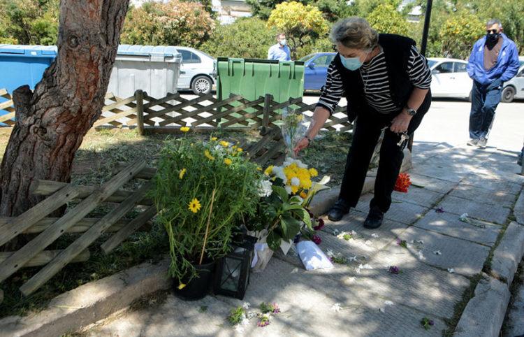 Κόσμος αφήνει λουλούδια στο σημείο όπου δολοφονήθηκε ο δημοσιογράφος Γιώργος Καραϊβάζ (φωτ.: ΑΠΕ-ΜΠΕ / Παντελής Σαΐτας)