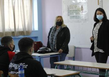 Η υπουργός Παιδείας και Θρησκευμάτων Νίκη Κεραμέως μιλά σε μαθητές του 3ου Γενικού Λυκείου Ιλίου κατά την πρώτη μέρα ανοίγματος των λυκείων (ΑΠΕ-ΜΠΕ/ Αλέξανδρος Βλάχος)