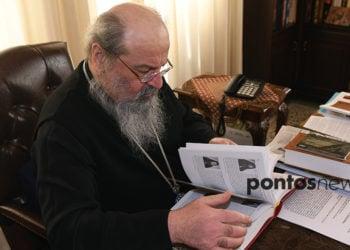 Ο μητροπολίτης στο γραφείο του, ξεφυλλίζει βιβλίο για τον Πόντο (φωτ.: Φ. Φασούλας)