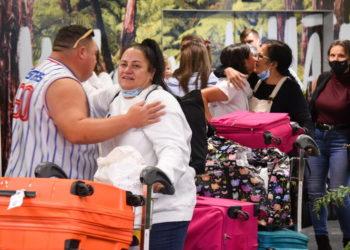 Οικογένειες φτάνουν στο αεροδρόμιο του Γουέλινγκτoν, στη Νέα Ζηλανδία  από την Αυστραλία (ΑΠΕ-ΜΠΕ/ EPA/Ben Mckay)