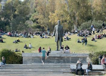 Παρέες κάθονται στο Πάρκο Ελευθερίας στο κέντρο της Αθήνας (φωτ.: ΑΠΕ-ΜΠΕ / Παντελής Σαΐτας)