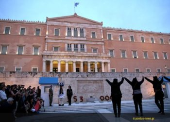 Η στιγμή του χορού Σέρρα μπροστά από το μνημείο του Αγνώστου Στρατιώτη στο Σύνταγμα (φωτ.: Γεωργία Βορύλλα)