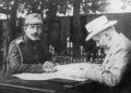 Ο βασιλιάς Κωνσταντίνος με τον Ελευθέριο Βενιζέλο στο Χατζή Μπεϊλίκ κατά τη διάρκεια του Β' Βαλκανικού πολέμου, Ιούλιος 1913 (πηγή: Εθνικό Ίδρυμα Ερευνών και Μελετών «Ελευθέριος Κ. Βενιζέλος»)