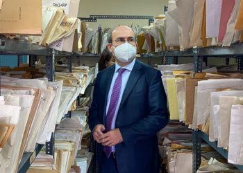 Ο Κωστής Χατζηδάκης στο Περιφερειακό Υποκατάστημα Μισθωτών Αττικής στο κέντρο της Αθήνας (φωτ.: υπουργείο Εργασίας και Κοινωνικών Υποθέσεων)