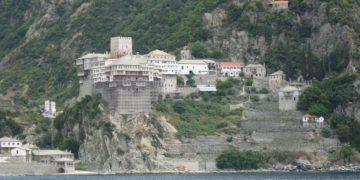 Η Μονή από τη θάλασσα (φωτ.: el.wikipedia.org)