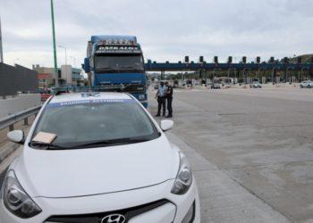 Αστυνομικοί της τροχαίας κάνουν έλεγχο σε φορτηγό, στα διόδια των Αφιδνών, σήμερα (φωτ.: ΑΠΕ-ΜΠΕ / Παντελής Σαΐτας)