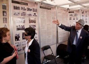 H εκλιπούσα Εύη Χατζηελευθερίου (αρισ.), η Άννα Ποιμενίδου καιο αείμνηστος πρόεδρος της Ένωσης Ποντίων Πειραιώς-Κερατσινίου-Δραπετσώνας Δαμιανός Ποιμενίδης,στο περίπτερο της ΕΠΟΝΑ για τη Γενοκτονία των Ελλήνων του Πόντου στο Σύνταγμα, το 2012 (φωτ.: Αρχείο Ένωσης Ποντίων Πειραιώς-Κερατσινίου-Δραπετσώνας)