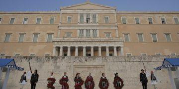 Εύζωνες της Προεδρικής Φρουράς φορώντας τη στρατιωτική στολή του Πόντιου αντάρτη, στη μνήμη της Γενοκτονίας των Ελλήνων του Πόντου, κάνουν αλλαγή φρουράς, στο Μνημείο του  Αγνώστου Στρατιώτη, το 2020 (φωτ.: ΑΠΕ-ΜΠΕ/ Κώστας Τσιρώνης)