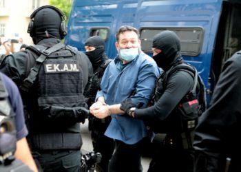 Ο ευρωβουλευτής  Γιάννης Λαγός που εκδόθηκε από τις βελγικές Αρχές μετά από ένταλμα της Ελλάδας, οδηγείται στον Εισαγγελέα Εκτέλεσης Ποινών (φωτ.: ΑΠΕ-ΜΠΕ /Παντελής Σαΐτας)