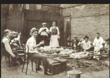 Έλληνες σουβλίζουν αρνιά στην καρδιά του Σικάγο, τη δεκαετία του '20 (φωτ.: facebook.com/ victorysweetshop)