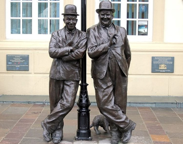 Μνημείο αφιερωμένο στο κωμικό δίδυμο του Χοντρού και του Λιγνού, στην περιοχή της Κάμπρια στη βορειοδυτική Αγγλία., τόπο καταγωγής του Στάνλεϊ Λόρελ (φωτ.: el.wikipedia.org/Hilton Teper)