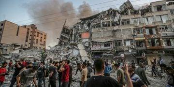 Παλαιστίνιοι στα ερείπια του Πύργου Αλ Σορούκ, στην Πόλη της Γάζας, που δέχθηκε πλήγμα από τις ισραηλινές δυνάμεις (φωτ.: EPA/MOHAMMED SABER)